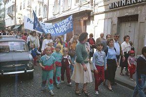 Povorka učencev slovenskih šol koraka proti Travniku (foto: Rafko Dolhar)