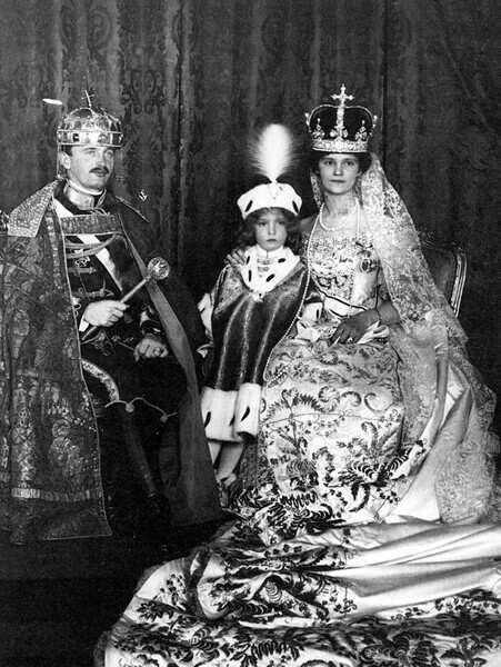 Prestolonaslednik Otto s staršema v Budimpešti na kronanju svojega očeta Karla za ogrskega kralja.